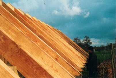 Dakspanten van een houten schuur